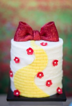 Wizard of Oz Party - Cute Mini Cakes! - Way cute and I've got the red shoes!