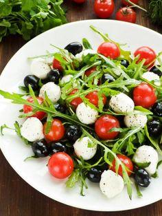 mozarella and rucola salad Tomato Pasta Salad, Easy Pasta Salad, Caprese Salad, Easy Salad Recipes, Vegetarian Recipes, Healthy Recipes, Mozzarella, Oriental Salad, Mexican Salads