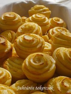 Hankka: Juhtúrós tekercsek World Recipes, My Recipes, Snack Recipes, Cooking Recipes, Croatian Recipes, Hungarian Recipes, Salty Snacks, Salty Cake, Bread And Pastries