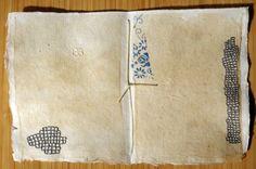 MISSOURIBENDSSTUDIO. PÀGINES DE LLIBRE BRODADES DE BLAU. Book Páginas bordado en azul / Mixed Media porción missouribendstudio