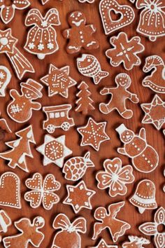 Various gingerbread cookies on wooden background. Diy Christmas Garland, Christmas Sweets, Christmas Gingerbread, Christmas Cooking, Gingerbread Houses, Easy Gingerbread Cookies, Gingerbread Decorations, Ginger Bread Cookies Recipe, Almond Cookies