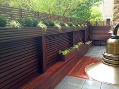 Garten Sichtschutz aus Holz mit eingebauten Blumenkästen