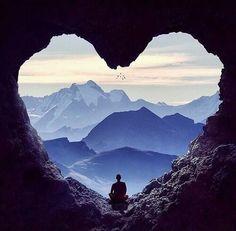 Existe uma força   Que nos faz sorrir   Que nos permite sonhar   Enfrentar as dores   Suportar a saudade   Seguir em busca da felicidad...