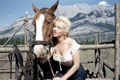 Marilyn Monroe, em 1953, nas filmagens de 'O Rio das Almas Perdidas' (Foto: Reprodução/Allan Whitey Snyder)