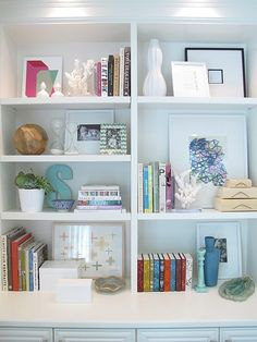 Stylizing a bookshelf to carry color scheme in details. Via Flourish Design + Style blog (original source unknown)