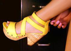 hace mil que quiero unas sandalias amarillas