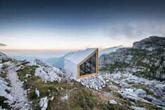 """In den Steiner Alpen bilden silbergraue Betonpaneele aus der Linie """"öko skin"""" von Rieder eine robuste Außenhülle für das Biwak """"Alpine Shelter""""."""