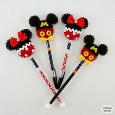 Inspiration felt disney pencil toppers * no instructions available ❤ Paper Crafts For Kids, Foam Crafts, Diy And Crafts, Mickey E Minie, Fiesta Mickey Mouse, Disney Diy, Disney Crafts, Scrapbook Da Disney, Felt Animal Patterns