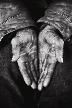 Hands by Stephan Vanfleteren in the serie USA. (New York Hands with the focus on thumbs. Those hands together draw an heart. Hand Photography, Color Photography, Hand Fotografie, Working Hands, Hand Reference, Old Hands, Hand Art, Foto Pose, Black N White