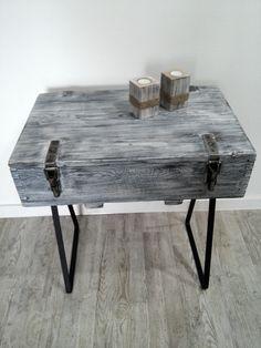 Stolik-konsolka wykonany ręcznie ze starej drewnianej skrzyni wojskowej. Przecierana a następnie woskowana na stalowych nóżkach. Wymiar :72x41x71,5cm