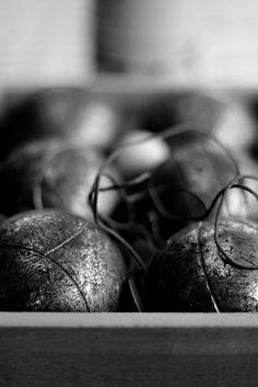 Photo de boules avec un effet flouté en arrière plan. Club Petanque, Wedding Rings, Engagement Rings, Sydney, Games, Colors, Sports, Enagement Rings, Hs Sports