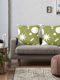 For fargerike hjem! Tote Bags, Love Seat, Cozy, Throw Pillows, Colors, Furniture, Home Decor, Asylum, Toss Pillows