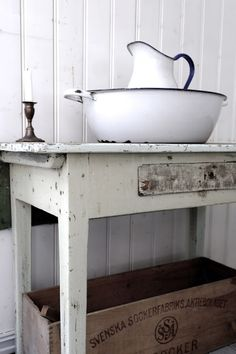 Rustic enamelware and shabby table Farmhouse Chic, Vintage Farmhouse, Vintage Kitchen, White Farmhouse, Shabby Vintage, Vintage Decor, Shabby Chic Stil, Vintage Enamelware, Vintage Interiors