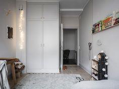 Soft grey shades in this stylish children's room - Paul & Paula Lovely Apartments, Shelf Design, Room Tour, Stylish Kids, Kid Spaces, Kidsroom, Unique Home Decor, Kids Decor, Interior Design