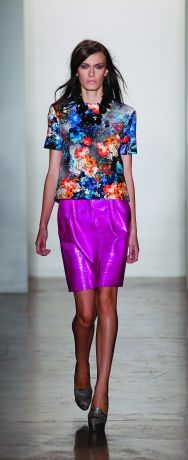 ON TREND- PRINTS, BRIGHTS & CHIC GLOSS. Peter Som has beautifully combined 3 of the 27 S/S trends this season <3<3 Dramatic Colour POP