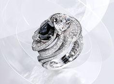"""CARTIER. """"Clair Obscur"""" Bague - platine, un diamant noir Fancy Black poire de 2.73 cts, un diamant poire E IF de 2.05 cts, laque noire et brillants. #Cartier #RésonancesDeCartier #HighJewellery #HauteJoaillerie #FineJewelry #BlackDiamond #Diamond"""