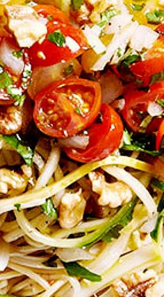 Spaghetti, strands of string cheese, and squash noodles get the freshest tomato topping in this perfect summer dish. Spaghetti Salad, Summer Spaghetti, Summer Dishes, Summer Salads, Healthy Meals, Healthy Eating, Healthy Recipes, Squash Noodles, Menu Planners
