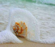 sea waves by Ibrahim Alzintane