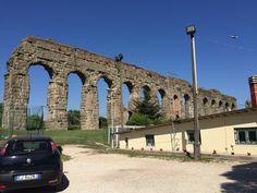 ローマの水道橋。観光地でもなくふつうに存在している。