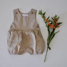 Dieses Stück darf in keinem Kleiderschrank fehlen! Wunderschön, verspielter Leinenbody für die heissen Tage. Der Body ist aus 55% Leinen und 45% Baumwolle und sehr angenehm zu tragen.