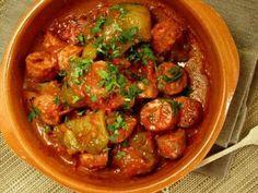 ΥΛΙΚΑ    ½ κιλό λουκάνικα χωριάτικα  1 κιλό πιπεριές κόκκινες και πράσινες  1 κρεμμύδι ξερό  4-5 σκελίδες σκόρδο  2 τομάτες φρέσκιες  1 κουτ. της σούπας πελτέ τομάτας  1 ποτήρι του κρασιού ελαιόλαδο  Αλατοπίπερο    ΕΚΤΕΛΕΣΗ    Κόβουμε σε ροδέλες (ότι πάχους θέλουμε) τα χωριάτικα λουκάνικα. Το ίδιο κάνουμε