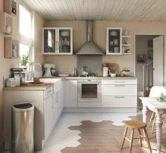 """Niches, vitrines et étagères animent cet espace cuisine ouvert pour la pièce à vivre """"Cooke & Lewis Fog"""", 599 euros selon composition type, Castorama."""