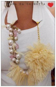 Colar feito com tecido branco com detalhes em flor bem delicada, usou-se correte dourada, pérola branca e cristais em acrílico na cor rosinha transparente. A renda também faz parte dos detalhes, na cor creme. R$ 39,90