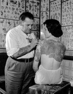 Considéré pendant des années comme une démarche réservée aux insoumis, le tatouage est aujourd'hui devenu l'apanage des gens « cool ». Un phénomène grandissant qui touche une cible de plus en plus large et qui s'est imposé comme un véritable accessoire de mode. http://www.elle.fr/Beaute/Maquillage/Astuces/10-choses-a-savoir-avant-de-se-faire-tatouer-2872020