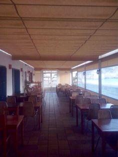 Toldos planos, verticales y puerta de aluminio para cierre de restaurante en Aguamarga. Toldos Ubeda.