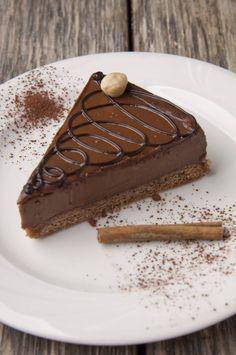 Torta al cioccolato fondente e nocciole senza cottura