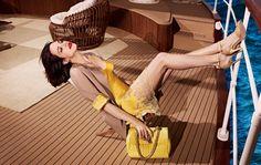 Una sorprendente e camaleontica Asia Argento, si trasforma in una modella d'altri tempi. Sensuale ed elegante rappresenta a pieno lo stile di Scervino.http://www.sfilate.it/215888/campagna-pubblicitaria-asia-argento-per-ermanno-scervino