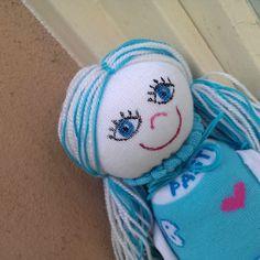 PonoŽenka Gábi PonoŽenky jsou barevné, veselé a přátelské panenky z ponožek. Vlásky mají z vlny a obličej malovaný zafixovanými textilními barvami. Vyplněné jsou polštářovou výplní. Gábi je slečna v modrých šatkách s motýlky, potěší každou malou slečnu, které bude skvělou kamarádkou. Je velká cca 30 cm vč. nožiček. Na PonoŽenku Vám ráda vyšiju jméno ...