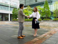 日本の男性と女性握手をする、ビジネスエリアがございます。 stock photo