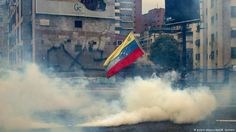 """<p>La versión online del prestigioso semanario Die Zeit ofrece una galería de imágenes de las manifestaciones del miércoles (19.04.2017) en Caracas y apunta: """"Venezuela es el país con las mayores reservas de petróleo, y aún así muchos de sus habitantes son extremadamente pobres. Después de que el presidente Nicolás Maduro propiciara el despojo transitorio de los poderes del Parlamento, la protesta contra su régimen se convirtió en un movimiento de masas. La gente responsabiliza a Maduro de"""
