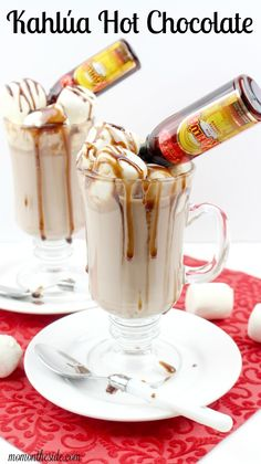 We're warming things up for Thirsty Thursday with Kahlua Hot Chocolate! Grown-up hot chocolate cocktail is just what your winter mug needs. via /momontheside/ Non Alcoholic Drinks, Fun Drinks, Yummy Drinks, Drinks Alcohol, Kahlua Drinks, Beverages, Chocolate Cocktails, Hot Chocolate Recipes, Spiked Hot Chocolate