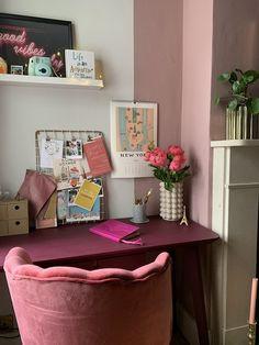 8 πανέμορφα ροζ γραφεία στο σπίτι, που θα σε βάλουν να βάψεις το δωμάτιο! #βαψιμο2021 #βαψιμοδωματιου #βαψιμοιδεες #γραφειοδωματιο #γραφειοσπιτιου #γραφειοστοσπιτι #δουλειααποτοσπιτι #ιδεεςδιακοσμησης #ροζ #χρωματοιχου #χρωματατοιχων ΑΝΑΚΑΙΝΙΣΗ Serene Bedroom, Bedroom Colors, Bedroom Ideas, Home Office Design, Home Office Decor, Office Ideas, Office Inspo, Pink Home Offices, Light Oak Furniture