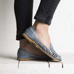 Onyva.ch / La Garconne Shoes #onyva #onlineshop #shoes #sandals #shoedesign #elegant #chic #switzerland #lagarconneshoes #vintage #summer #summershoes #summersandals #fashion #leather Chalet Chic, Elegant Chic, Summer Shoes, Switzerland, Designer Shoes, Shoes Sandals, Leather, Shopping, Vintage