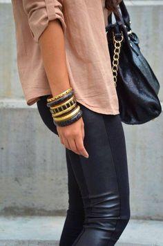Pantalon cuir, chemisier beige foncé, bracelets et sac en cuir noir <3