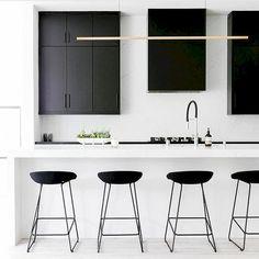 Inspiration d'une cuisine minimaliste hyper chic black&white. Sobre et intemporel, j'aime beaucoup! White Kitchen Decor, Home Decor Kitchen, Kitchen Interior, New Kitchen, Kitchen Ideas, Black Kitchen Cabinets, Black Kitchens, Home Kitchens, Modern Kitchens