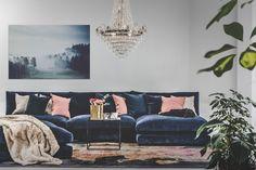 Blå Mammuten sammetssoffa. Modul, soffa, låg, djup, divan, hörn, vintage, matta, sammet, kristallkrona, fotpall, marmorbord, marmor, bord, soffbord, möbler, inredning, fuskpälspläd.