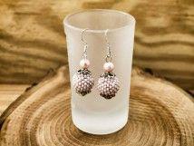 Matt rózsaszín bogyós lógós fülbevaló Pearl Earrings, Drop Earrings, Gold Rings, Candle Holders, Candles, Pearls, Floral, Jewelry, Candlesticks