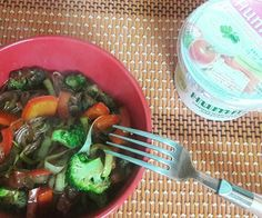 Всем доброго утра!!🌞 О солнышке за окном можно только мечтать.Еле пришли в себя после урагана⛈🌪🌪🌪🌪 На завтрак лапша из коричневого риса с овощами  и хумус.  #веган #веганство #повегану #вегетарианство #зож #пп #живаяеда #веганизм #вкусно #veganfoodporn #vegan #vegetarian #veganfood #veganism #govegan #veganlife #healthyfoodporn  Yummery - best recipes. Follow Us! #veganfoodporn