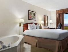 Jacuzzi Queen Suite At The Baymont Inn And Suites Texarkana In Arkansas