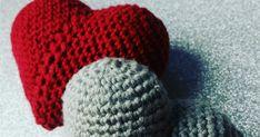 Julen er hjerternes fest, så vi kan vist godt lige få plads til et ekstra par hjerter her på julebloggen. Brug dem som ekstra fint ve... Knitted Hats, Winter Hats, Beanie, Knitting, Baby, Ideas, Creative, Tricot, Breien
