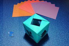 Crear un cubo hecho de papel, adorno hecho de 15 cuadritos pequeños de papel.