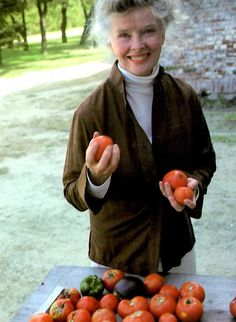 Katharine Hepburn with her home grown tomatoes - god, was there anything this woman couldn't do? Vintage Hollywood, Hollywood Glamour, Hollywood Style, Kathrin Hepburn, Katharine Hepburn Spencer Tracy, Classic Actresses, Female Stars, Great Women, Hollywood Actor