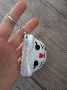 Amigurumi Kedicik Bozuk Para Cüzdanı Yapımı - Örgü Modelleri Crochet Wallet, Crochet Purses, Crochet Fish Patterns, Crochet Stitches, Popular Crochet, Yarn Shop, Knitted Bags, Crochet Projects, Crochet Earrings