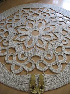 Już jakiś czas temu wpadł mi w oko [ ten wzór ] na serwetkę. Po wykorzystaniu pierwszych kilkunastu okrążeń powstał taki oto dywan: ...