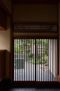 昔のままの、引き戸の玄関。静寂さが漂う。 Japanese Home Design, Traditional Japanese House, Japanese Homes, Asian Architecture, Architecture Details, Entry Gates, Entry Doors, Bedroom Minimalist, Zen House