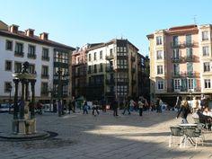 La plaza dedicada a Miguel de Unamuno está en Basque Country, Bizkaia, Bilbao. La plaza fue dedicada en los años después del muerto de Unamuno.